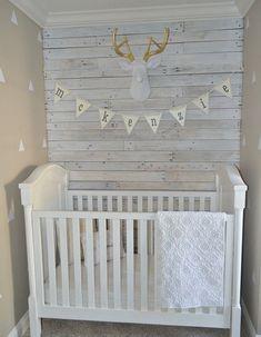 lambris mural bois blanchi comme accent de style campagne chic dans la chambre bébé