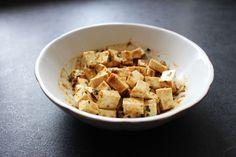 Marinade Tofu Classique 125 g de tofu nature 2 càs d'huile d'olive 1 càs de tamari (ou sauce soja) 1 càc de moutarde classique 1 càc d'ail en poudre 1 càc d'oignon en poudre 1 càc de persil séché