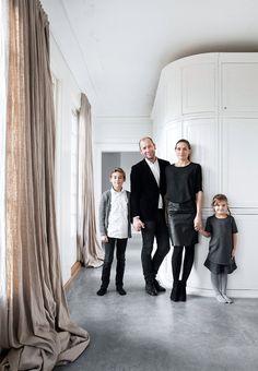 Julepynten er underspillet og organisk og skal helst indgå som en naturlig del af indretningen i arkitekt og medejer af Norm Architects Jonas Bjerre Poulsens hjem nord for København. Her bor han med sin hustru Christine og deres to børn.