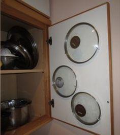 マンションに住んでいるとどうしても収納スペースが限られてくるけど実はドア裏のスペースって意外と活用できていないんですよね(;) たとえばくつ箱のドア裏にバンドやバーを取り付けるだけでスリッパ収納できたりシンク下の扉の裏に鍋の蓋を下げておいたり ドア裏のスペースを有効活用すると収納スペースがかなり増えますよ()/