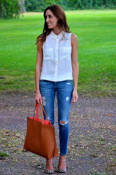 Look de trabalho, camisa branca sem mangas, calça jeans, scarpin de onça. It's in the bag...