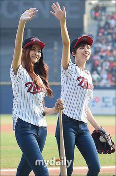 2日午後、TWICEのツウィ、ジョンヨンがソウル蚕室(チャムシル)野球場で開催された「2016 プロ野球 KBOリーグ」LGツインズ対ハンファ・イーグルスの試合に登場し、始球・始打を披露した。他のメ… - 韓流・韓国芸能ニュースはKstyle