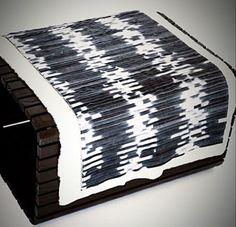 """Banco """"Saddle"""" com as mantas em couro e ovelha. Várias cores e modelos feito sob medida por Elisa Atheniense Home"""