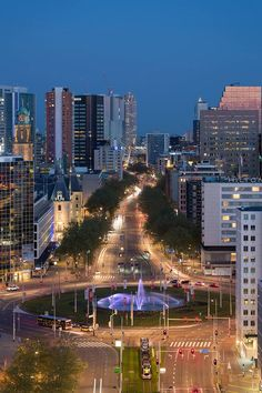 De Coolsingel in Rotterdam niet ver van de Lijnbaan en de Koopgoot. Het winkelgebied van Rotterdam-Centrum.