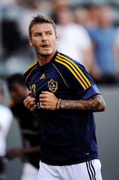 CARSON, CA - JULY David Beckham of the Los Angeles Galaxy warms up before the MLS game against AC Milan at The Home Depot Center on July 2009 in Carson, California. (Photo by Kevork Djansezian/Getty Images) Soccer Guys, Soccer Stars, Play Soccer, Football Soccer, Football Players, David Beckham La Galaxy, David Beckham Soccer, David And Victoria Beckham, Real Madrid Manchester United