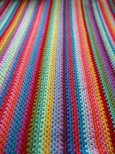 Granny stripes blanket crochet via Attic 24 Crochet Afghans, Grannies Crochet, Love Crochet, Learn To Crochet, Crochet Blankets, Rainbow Crochet, Crochet Cushions, Crochet Pillow, Crochet Amigurumi