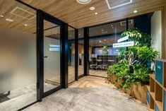 素材とカラーにこだわったセレクタブルオフィス|デザイナーズオフィスのヴィス Office Entrance, Home Staging, Office Interiors, Furniture Design, Interior Design, Glass, Wall, Room, Home Decor