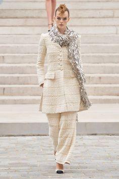 La alegría, las plumas, los brillos y las siluetas sartoriales regresan en 2022 Chanel Couture, Couture Fashion, Fashion Show Collection, Couture Collection, Karl Lagerfeld, Moda Formal, Estilo Preppy, Ideias Fashion, Fashion Accessories