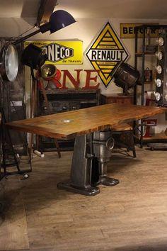 Table pied fonte ancien plateau porte de prison ancienne plus d'info sur: http://ift.tt/1j72nM2 #deco #design #loft #vintage #industriel #usine #antiquitesdesign