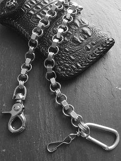 Cadena FACTORY SILVER. Modelo realizado con tuercas y anillas de acero (también disponible con tuercas de latón o acero negro). Largo: 50 cm. Incluye 2 mosquetones. Ya disponible en www.metalyeah.com
