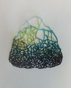Premières expérimentations couleurs et textures : broderie sur papier hydrosoluble.