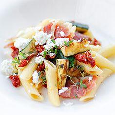 Makaron z cukinią, suszonymi pomidorami i szynką parmeńską