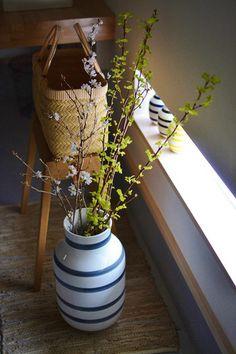玄関ホールのちょっとしたスペースには、桜などの枝ものを飾っても◎!春夏秋冬それぞれアレンジを変えると、四季折々の季節感を演出できます☆日本ならではの「自然の美しさ」を感じられる、そんな楽しい雰囲気づくりを始めてみませんか?
