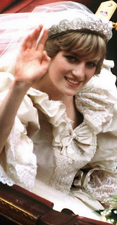Did I mention how much I loved Lady Diana? July Prince Charles marries Lady Diana Spencer in Saint Paul's Cathedral. Lady Diana Spencer, Spencer Family, Charles And Diana, Prince Charles, Prince Philip, Prince Harry, Estilo Real, London Underground, Royal Weddings