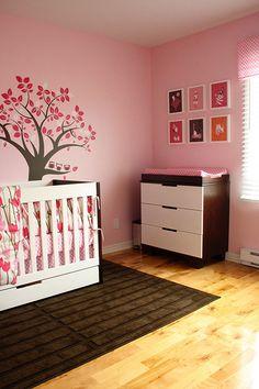 Une chambre rose et moderne