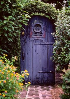 Массивная фиолетовая дверь в сад.