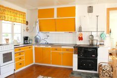 Kök Kitchen Cabinet Design, Kitchen Paint, Kitchen Interior, New Kitchen, Kitchen Cabinets, Orange Kitchen, 1950s Kitchen, House Color Schemes, Country Kitchen