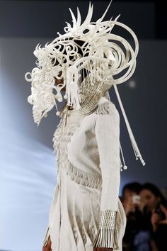 A printed headdress by Joshua Harker. More photos here. See also: Printed Fashion of Iris van Herpen Headdress, Headpiece, 3d Portrait, 3d Mode, 3d Printing News, Skull Fashion, 3d Fashion, Catwalk Fashion, Iris Van Herpen