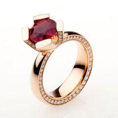 Ricci Jewelry. Ping gold Ring with Diamonds and Ruby. Anello linea Genova in oro rosa con profilo in diamanti e rubino centrale. Realizzazione su misura per un nostro cliente.