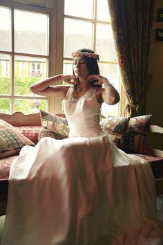 Robe Chloé soie et dentelle de Calais grand dos nu collection 2017  sur www.organse.com #organseparis #collection2017 #créatriceparis #robedemariéesurmesure #robedentelle #roberomantique #robebohème