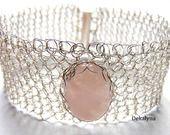 Magnifique bracelet large Quartz confectionné au crochet, pièce unique. Bijou fait par Dekalyna https://www.facebook.com/Dekalyna