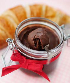 Chokladmarmelad låter inte helt dumt, eller hur! Om man älskar choklad lite mer än vad som är brukligt ska man inte missa det här helt sjukt goda pålägget. Choklad på mackor är nämligen något alldeles fantastiskt! Chokladmarmeladen funkar också fantastiskt fint att ha på nygräddade croissanter (då k Best Dessert Recipes, Raw Food Recipes, Fun Desserts, Chutney, Sweet Cooking, Homemade Sweets, Swedish Recipes, Cravings, Food And Drink