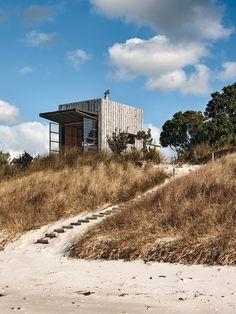 Strandhütte auf Kufen in Whangapoua Beach, Crosson Clarke Carnachan Architects