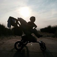 Hace a great weekend!  #kid #fun #chilfren #weekend #happy #light #shadow #neo #concordneo #stroller #pram #pushchair #concord #repost from @
