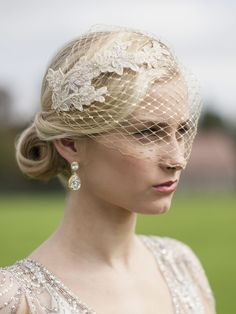 Glamorous in Gold! Mariell's spectacular top-selling birdcage veil features luxurious Champagne Gold lace appliques on breathtaking metallic gold french netting. This gilded vintage bridal bandeau is