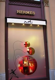 Where to Buy Munich Designer Clothes and Shoes Christmas Window Display Retail, Store Window Displays, Display Windows, Shop Windows, Hermes Window, Window Display Design, Christmas Store, Retail Design, Deco