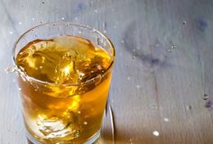 Whiskeyyy drink with dropped ice at tempees.com - HQ free file / freebie