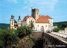 Státní zámek Vranov nad Dyjí Zámku předcházela románská stavba z 11. století, kterou pozdější stavebníci změnili na hrad, využívající přirozených výhod výšinného terénu s meandrující řekou. Štuková a tapetová dekorace doplněná nástěnnými malbami, která zdobí interiéry prvního patra zámku, osciluje mezi pozdně barokním a klasicistním výtvarným názorem.