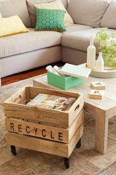 Detalle de mesa de centro y caja con ruedas en salón_ 00412010 Salvaged Furniture, Painted Furniture, Decoracion Low Cost, Do It Yourself Projects, Wooden Boxes, Vintage Decor, Ideas Para, Family Room, Recycling