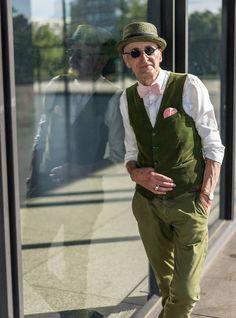 Idoso 'estiloso' é fotografado em estação alemã e vira hit na internet | RedeTV! Em rede com você.