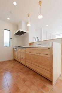 テラコッタ調フロアタイル床のキッチン(『SS-stadium』小さくても楽しくおおらかに暮らせる家)- キッチン事例 SUVACO(スバコ)