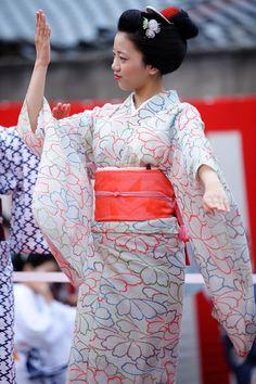 umeno-okiya:  Maiko Umeraku dancing at Bon Odori in Kamishichiken(SOURCE)