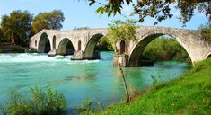 The most famous bridge in Greece is located west of the town of Arta. It is distinguished for its unique architecture, but also for the legends associated with its construction. Famous Bridges, Arch Bridge, Bridge Design, Unique Architecture, Greece Travel, Roman Empire, Tourism, England, City