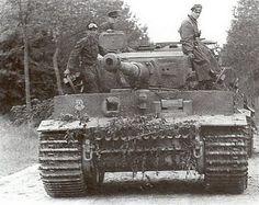 Tiger 211 de la 1 Section, Kommander Ustuf Hantussch à droite et le chef de la 2è section, Witmann à gauche, 12 SS Panzer division
