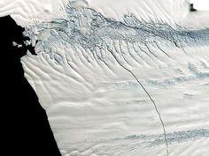 Gigantisk isbjerg brækker af Antarktis