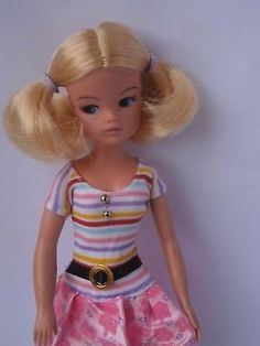 Sindy doll. Blonde bunches party time with centre parting. Pedigree.   Environ  27,96 EUR  24,99 GBP