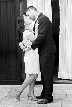 Ensaio dos Noivos após a Cerimônia Civil Fez, Wedding Dresses, Civil Ceremony, Perfect Wedding, Courthouse Wedding, Grooms, Doll, Couple, Bride Gowns
