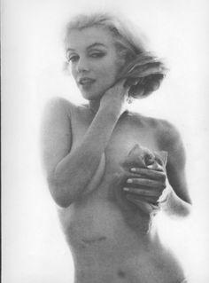 Marilyn diz a Bert(fotografo)sobre sua cicatriz no abdome, ela havia retirado a vesícula biliar a pouco mais de um mês. Ele acha engraçado porque acabara de fotografar Elizabeth Taylor em Roma (durante as gravações de Cleópatra) e ela também tinha uma cicatriz no pescoço, ele diz a Marilyn que é possível apagar a cicatriz retocando a foto, mas prefere não fazer isso. Nem com ela, nem com Liz Taylor, porque segundo ele quanto menos se retoca uma fotografia, mais ela conserva sua força.