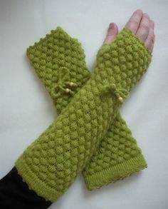 Lovely green fingerless gloves. i only like this color green. would bee cooler in maroon! but i love this color green too!