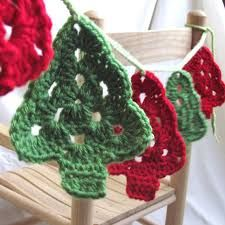 Crochet Patterns Christmas crochet christmas tree garland - beautiful garland for the tree or window. Crochet Christmas Garland, Crochet Garland, Christmas Tree Garland, Crochet Ornaments, Holiday Crochet, Crochet Motif, Crochet Crafts, Yarn Crafts, Crochet Flowers