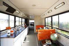 Due donne israeliane, della città di Even Yehuda, hanno acquistato un vecchio autobus un tempo utilizzato per il trasporto pubblico e lo hanno trasformato in una casa di design, in cui chiunque vorrebbe vivere
