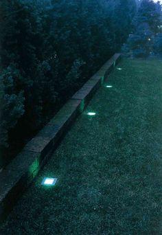 il muretto di un giardino illuminato con faretti led a incasso