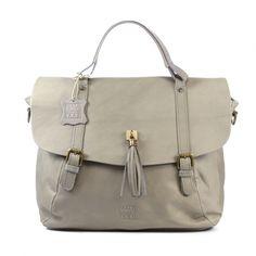 Walk in the Park, grijs lederen tas met klep, hengsel en verstelbare schouderriem. Van binnen bestaat de tas uit stof en heeft de tas twee vakken, een ritszakje en een steekzakje. De tas is afsluitbaar met een magneetsluiting.