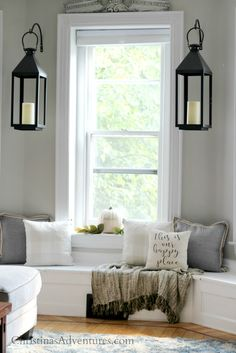 Cozy fall family room - love this window seat with black lanterns, throw blanket and neutral pillows Small Room Design, Family Room Design, Home Decor Bedroom, Diy Home Decor, Christen, Cozy House, Home Decor Accessories, Home Interior Design, Modern Decor