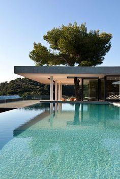 Plane House by K Studio, located on Skaithos Island, Greece. Indoor Outdoor Living, Outdoor Pool, Contemporary Architecture, Contemporary Houses, Modern Houses, Holmes Place, Greece House, Outside Living, Elements Of Design