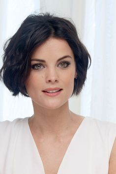 Jaimie Alexander in Boring White Dress with Glittering Ankle-Strap Sandals Growing Out Short Hair Styles, Short Hair Cuts, Jamie Alexander Hair, Jaimie Alexander Thor, Beautiful Eyes, Beautiful Women, Woman Face, New Hair, Hair Inspiration